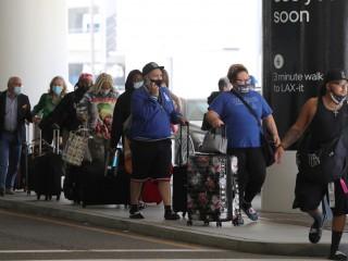 美国联邦航空管理局(FAA)处理不守规矩的乘客,不戴口罩的乘客将面临9000美元的罚款